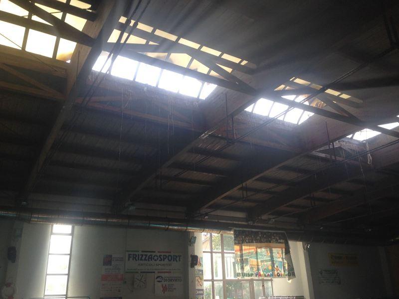 Incendio alla piscina de La Svolta. Le fiamme divorano il lucernaio, la guaina protettiva del tetto e danneggiano pannello solare