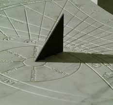 Montegabbione, un orologio solare sopra gli alloggi popolari per scandire il lavoro nei campi