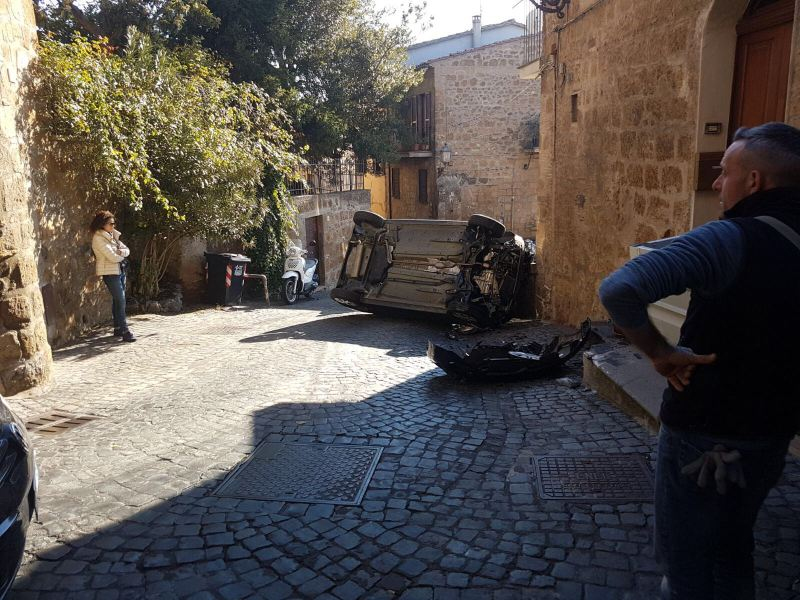 Traffico in tilt: auto si ribalta in pieno centro storico, nel quartiere di San Giovenale