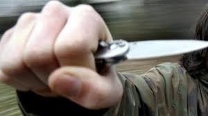 Rapina a mano armata a un distributore di benzina, gestore minacciato con un coltello alla gola
