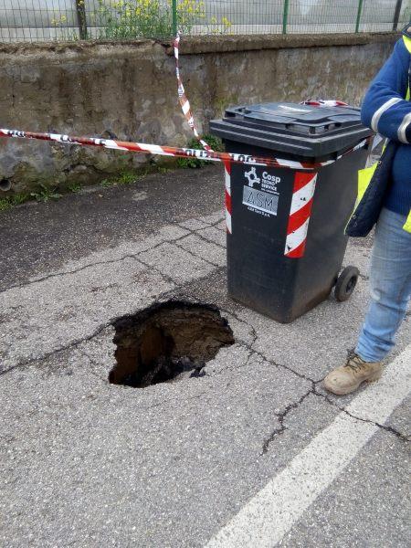 Si apre una ferita di mezzo metro in via delle Viti a Ciconia