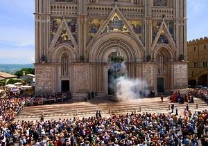 """Weekend di festa sulla Rupe con """"Orvieto in Fiore"""": attesa la discesa della Palombella e il Palio"""