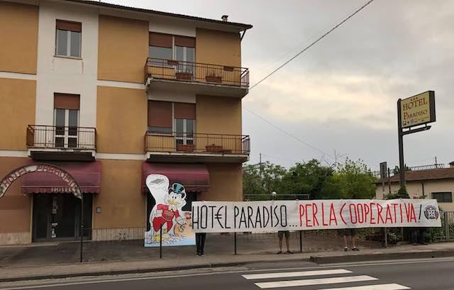 Zio Paperone e la protesta dei giovani di CasaPound di fronte all'ex Hotel Paradiso