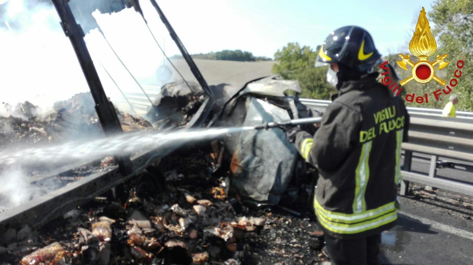 Incidente sull'A1, mezzi in fiamme: almeno due morti