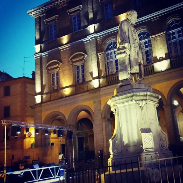 Acquapendente, appello di un cittadino al Comune per pulizia lampioni artistici nel centro storico