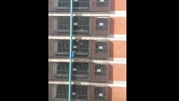 Scala un palazzo di 8 piani a mani nude: chi è la misteriosa Spider-Girl?