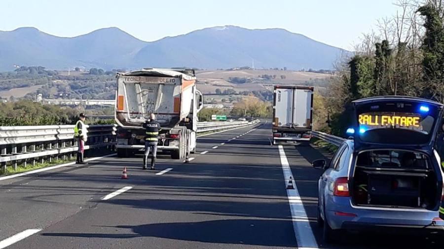 Avaria in autostrada, scende dalla macchina per controllare. Tir la travolge, traportata d'urgenza al Santa Maria di Terni