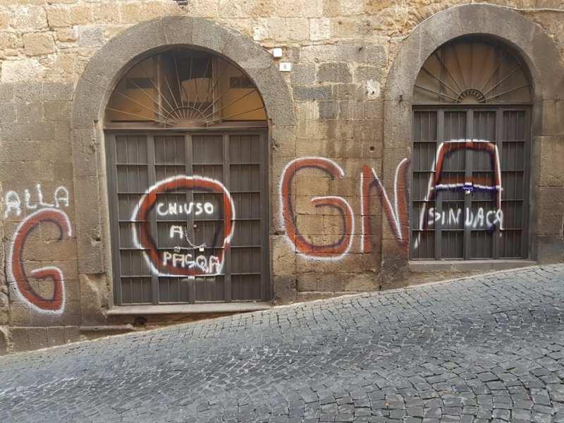 """""""Vergogna"""", vernice spray sui muri e sulle porte del Museo delle Maioliche Medievali e Rinascimentali"""
