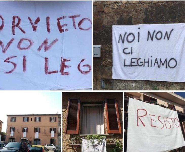 """""""Noi non ci leghiamo"""", striscioni anti-Salvini dai terrazzi della Rupe"""