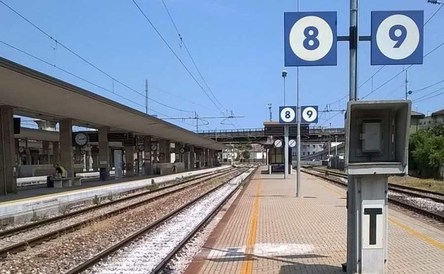 Treni, giornata drammatica sulla Roma – Firenze a causa di un incendio ad una centralina. Continuano i forti disagi per viaggiatori e pendolari