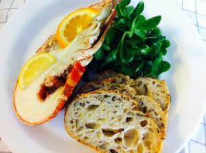 なので今日のお昼はお部屋でオマール海老のボイル、マーシュ,六穀のカンパーニュ。