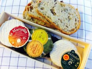 特産のサンマルスラン始め、ピコドンのシェーブルチーズと近くのドフィネの栗の葉に包まれたチーズ。明日の朝ご飯に。