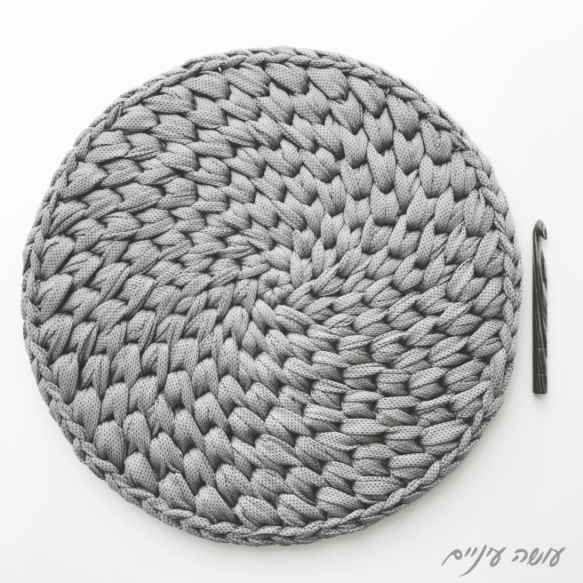 עושה עיניים - שטיח איקסים משודרג מחוטי טריקו, ההתחלה    Osa Einaim - Crochet t-shirt yarn crochet spiral cross stitch rug