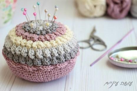 עושה עיניים - הוראות לסריגת כרית סיכות פופקורנים    Osa Einaim - Crochet Popcorn Pincushion pattern