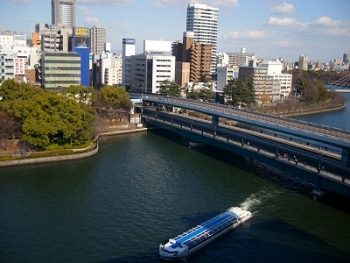 Aqualiner sightseeing boat passing under Tenmabashi Bridge