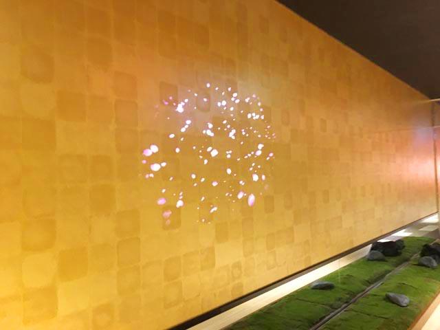 空庭温泉 ,壁紙が金色,デジタルの技術で桜の花びらを表現している,