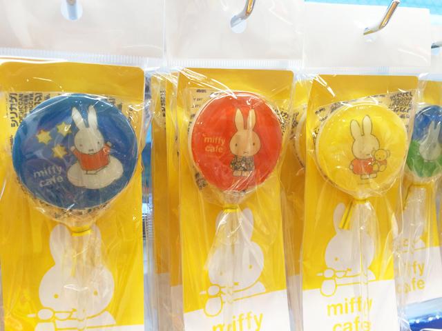 丸い形のスティックキャンディー,青とオレンジと黄色の背景にミッフィーが描かれている,miffy cafe 限定,