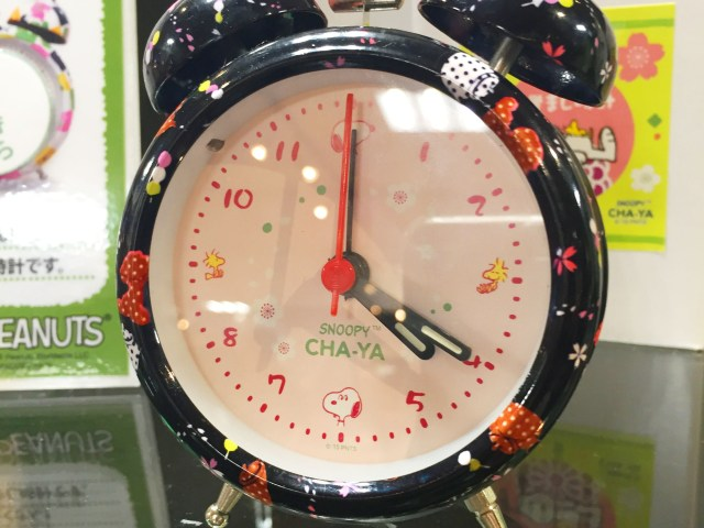 スヌーピー茶屋グッズ,目覚まし時計,文字盤にも枠にもスヌーピーがたくさん散らばっているレトロな雰囲気の時計