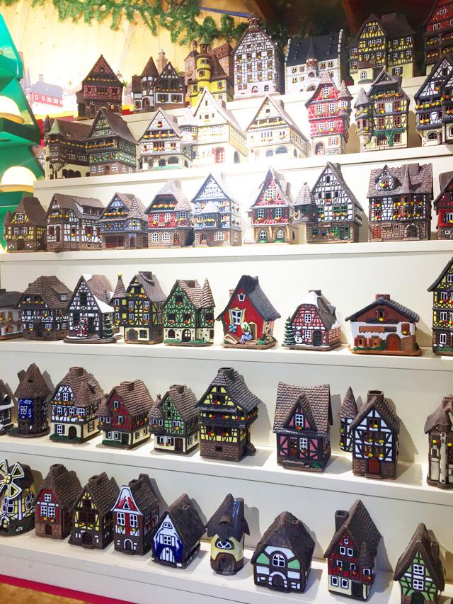 ドイツ・クリスマスマーケット大阪,おうち型キャンドルアロマポットが店頭に並べられている
