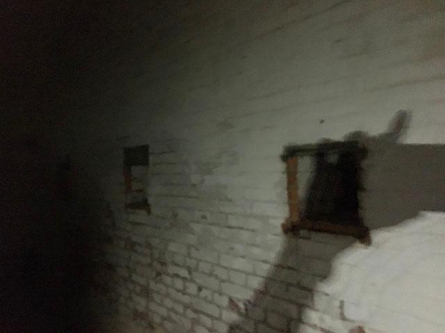 友ヶ島,沖ノ島,第3砲台跡,トンネルの中をスマホのライトで照らしている様子,