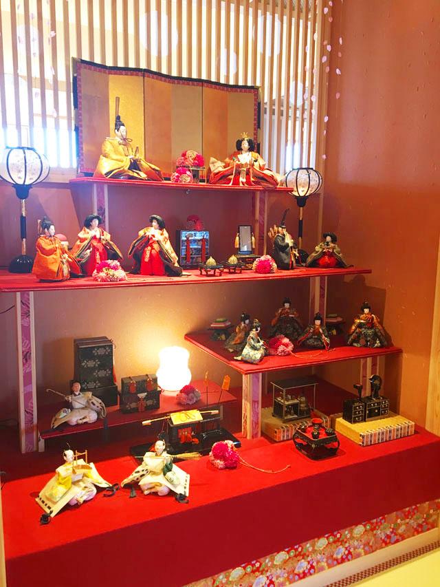 ひいなの湯,館内の様子,数段ある赤地の布が敷かれた土台に雛人形が飾られている様子,加太,淡島,