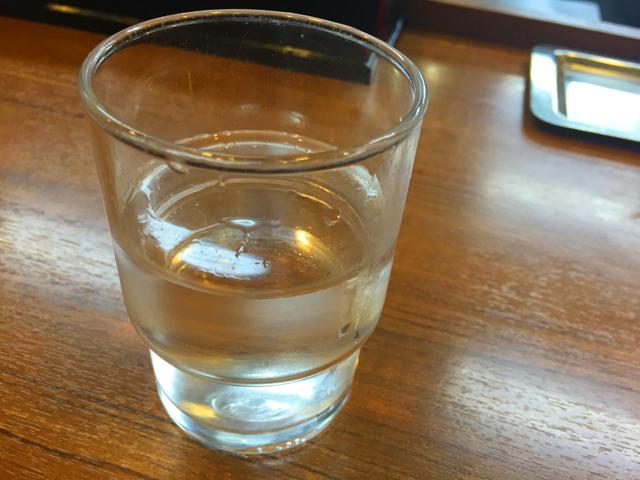 あいつのラーメン かたぐるま,水が入ったコップがカウンターに置かれている