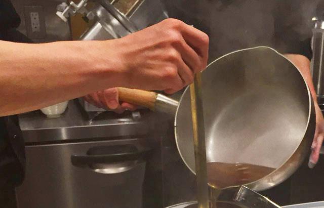 TAKAHIRO,RAMEN&BEER,鍋からスープを注いでいるところ