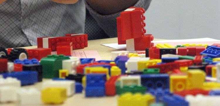 uma mesa repleta de peças de lego espalhadas