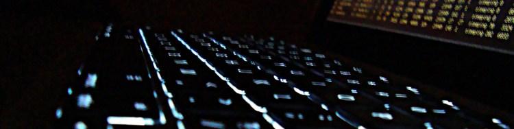 Foto de um teclado de computador com retroiluminação branca