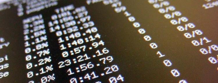 Zoom de uma tela exibindo a saída do comando top do Unix em um terminal com fundo preto
