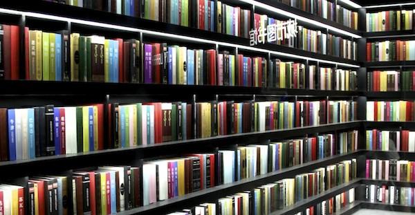foto com uma estante lotada de livros não identificáveis