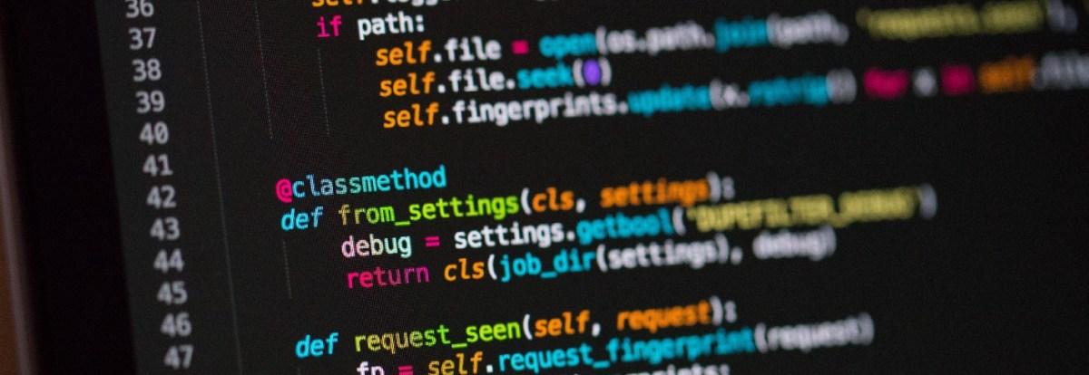 Foto com o zoom de uma tela exibindo um trecho de código escrito em Python em um editor de textos com syntax highlight.