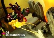 Aqui o Homem Aranha e o Duende Verde estão presos com palitos de churrasco também. O palito está fincado numa pedra feita de isopor que está presa com outro palito para não virar com o peso dos bonecos.