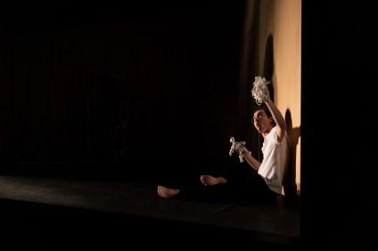 Les Étoiles, représentation au Théâtre National La Colline, Paris. Mise en scène Simon Falguières, Scénographie par Emmanuel Clolus, Lumières par Léandre Gans, Costumes par Lucile Charvet, Accessoires par Alice Delarue. Charlie Fabert.