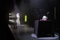 Les Étoiles, représentation au Théâtre National La Colline, Paris. Mise en scène Simon Falguières, Scénographie par Emmanuel Clolus, Lumières par Léandre Gans, Costumes par Lucile Charvet, Accessoires par Alice Delarue. Agnès Sourdillon & Mathilde Charbonneaux.