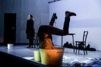 Le Petit Poucet, représentation au Théâtre National La Colline, Paris. Mise en scène Simon Falguières, Accessoires et Marionnettes par Alice Delarue, Lumière par Léandre Gans, Costumes par Clotilde Lerendu. Louis de Villers & Juliette Didtsch.