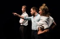 Le Royal Velours - Je m'en vais mais l'État demeure à La Scala, Paris. Mise en Scène Hugues Duchêne. Théo Comby-Lemaitre, Hugues Duchêne & Pénélope Avril.