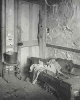 Habitación con muebles en un barrio pobre. c1880-90s. Jacob Riis