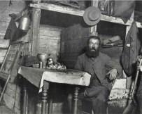 Un zapatero guardando el Sabbath en Coal Cellar. c1880-90s. Jacob Riis