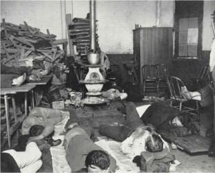 Alojamiento para hombres en la calle 47 oeste. Street Station c1880-90s. Jacob Riis