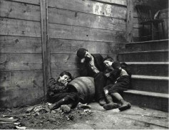 Niños durmiendo en la calle. 1890. Jacob Riis