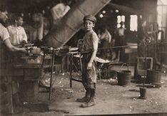 Rob Kidd, uno de los jóvenes trabajadores en una fábrica de vidrio. Alexandria, Virginia. Lewis Hine