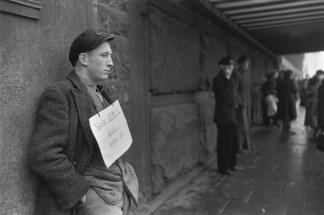 """1952-3. Hamburgo. El letrero reza """"Buscando cualquier tipo de trabajo."""" Henri Cartier-Bresson"""