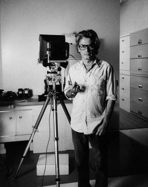Autorretrato. Richard Avedon. Avedon usó cámaras de gran formato durante una larga parte de su carrera que resultaban, indudablemente, intimidantes para su retratados.