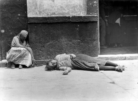 Tina Modotti. Mujeres indigentes en una calle. (1925)