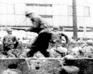 Cuando casi concluía el mitin en la Plaza de las Tres Culturas, efectivos del Ejército perpetraron su incursión Fotograma del documental Tlatelolco, las claves de la masacre, producido por el canalseisdejulio. Cortesía de