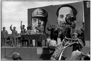CHINA. Shanghai. Junio 1949. Reunión política con los retratos de los líderes detrás. (Los comunistas toman el control de Shanghai el 27 de mayo.)