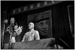 CHINA. Shanghai. 1949. El general Chen-yi, comandante militar de Shanghai se dirige a dignatarios en las celebraciones de la victoria de agosto 7. Detrás de él, un retrato de Chu Teh, comandante en jefe del Ejército Popular de Liberación. Chen-yi fue uno de los primeros en unirse al partido revolucionario de Mao Tse-tung en 1921.
