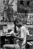 CHINA. Shanghai. 1949. Fiesta celebrando la solemne entrada del ejército en Shangai, el 1 de agosto de 1949. Un representante sindical sostiene la ampliación de un billete de banco con la nueva moneda.