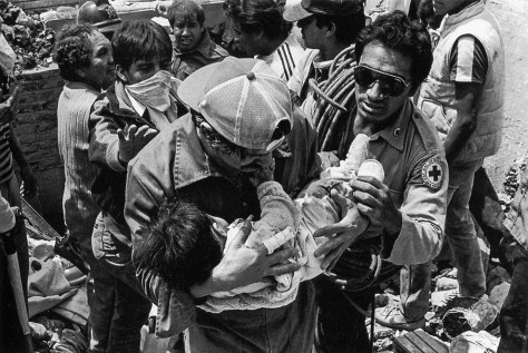 Rescate de niños en el Centro Médico, 19 de septiembre © Omar Torres